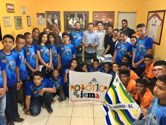 Prefeito de São Mateus recebe estudantes vencedores do Torneio Internacional de Robótica