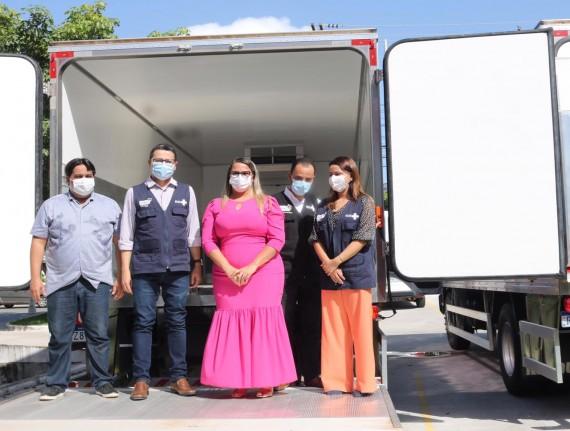 Prefeito João Igor representa Famem em entrega de caminhões-baús e câmeras refrigeradas