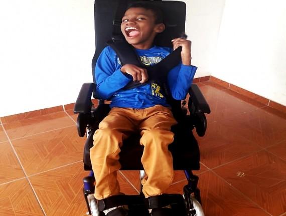 Cadeirante recebe cadeira de rodas segundo especificações solicitadas
