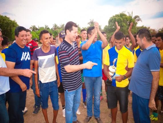 Prefeito Luís da Amovelar Filho entrega o prêmio ao time de futebol vencedor do campeonato do povoado…